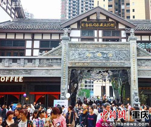 图为2018年6月初重庆长嘉汇弹子石老街开业引市民关注。 钟欣摄