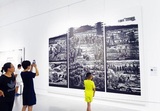 """7月11日,""""桃花盛开·2018首届中国版画作品展(重庆巡展)""""在重庆美术馆开展。记者 熊明 摄"""