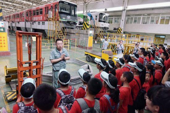 孩子们参观在重庆轻轨大堰综合基地 课堂内外杂志社供图