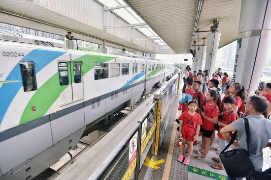 孩子们在曾家岩站乘坐重庆轨道交通2号线 课堂内外杂志社供图