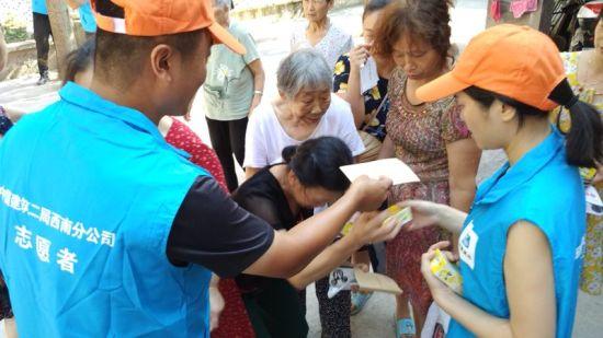 图为志愿者现场为社区居民讲解知识。中建二局西南分公司供图