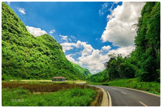 一路上蓝天白云、青山绿水,期待目的地。 百度供图