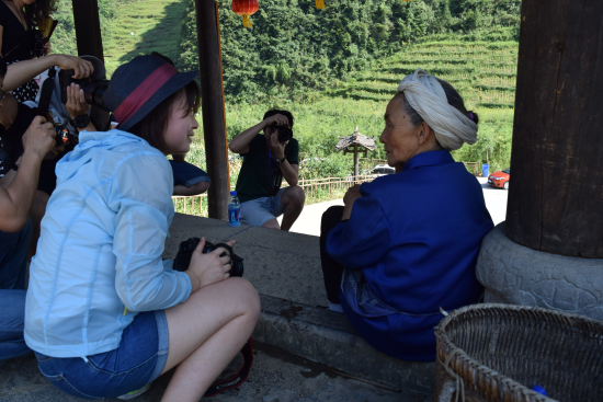 吃完饭,摄影师已经迫不及待开始用镜头记录犀牛古寨的风土人情。 百度供图