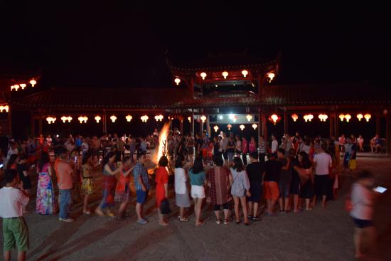 群情参与的篝火晚会。 百度供图