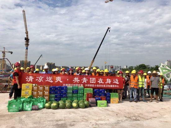 图为 沙区团干部与工人合影。共青团重庆市沙坪坝区委