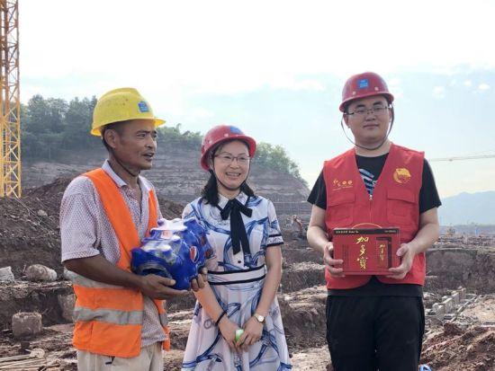 图为赖红宇在施工现场为工人送上清凉用品。共青团重庆市沙坪坝区委供图