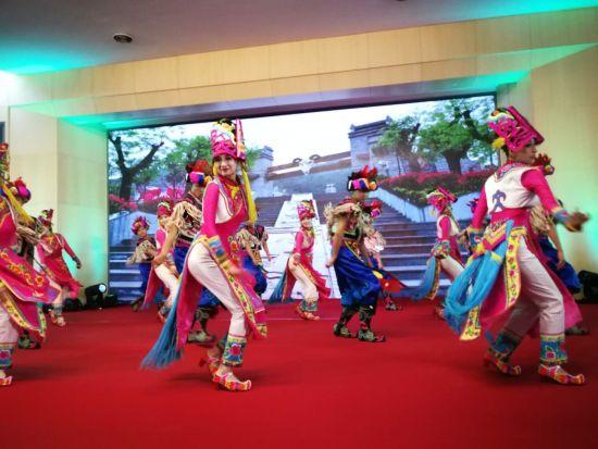 嘉年华上的陕西凤县羌族舞蹈《萨朗锅庄》