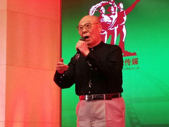 著名歌唱家刘秉义在嘉年华上演唱《嘉陵江上》 钟欣 摄