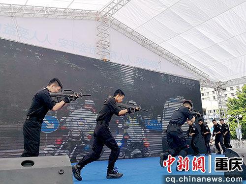 图为渝中区集中宣传活动现场表演。刘贤 摄