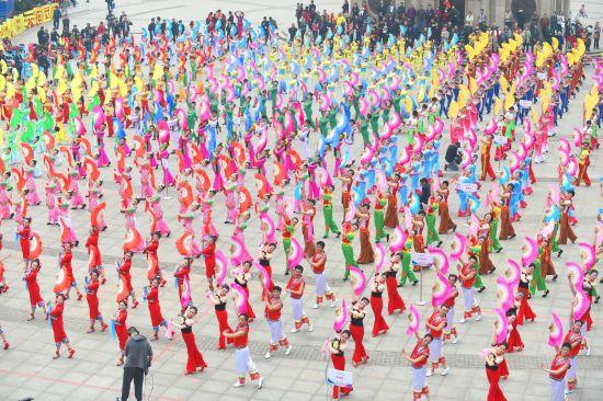 资料图:重庆市群众艺术馆广场舞展演。邹春常 摄