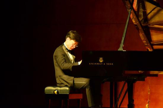 图为谭小棠在演奏中。重庆大剧院供图