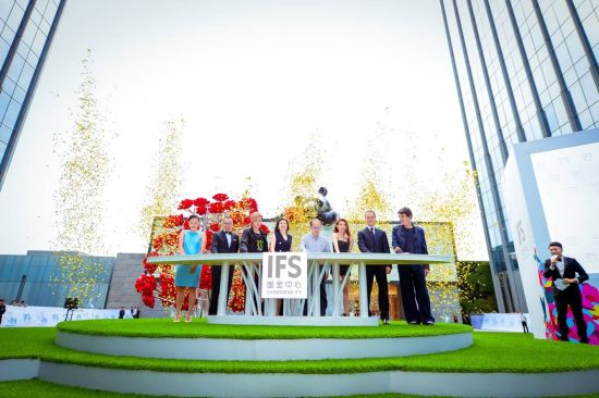 """图为嘉宾为""""LOVE.FOUND。""""艺术装置揭幕 重庆ifs国金中心供图"""