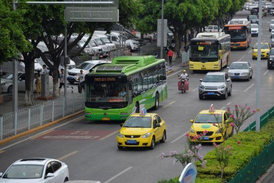 图为重庆江北区红石路公交优先道正式联网运行。周毅 摄