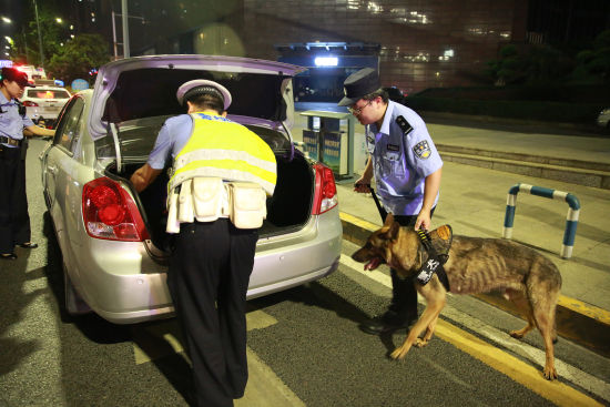 图为民警设卡检查 警方供图