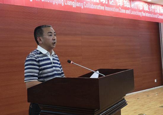 图为两江新区管委会副主任李光荣介绍协同创新区情况。摄影 刘贤