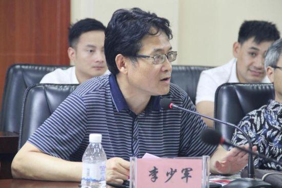 李少军校长向与会人员介绍产教融合联盟章程及筹备情况