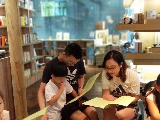 图为孩子和家长一起朗诵诗歌《爱与梦想》。王茜 摄