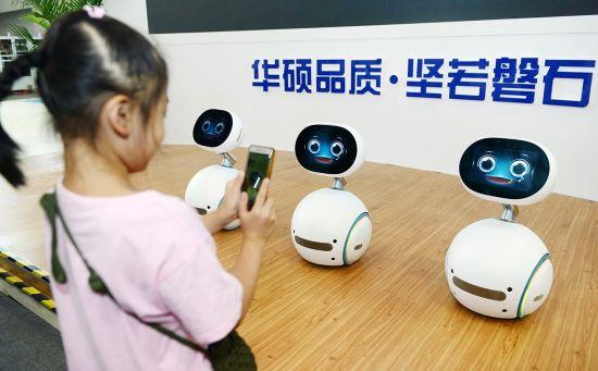 (图为华硕智能机器人ZenBo Qrobot 图片由华硕提供)