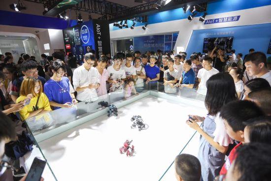 图为民众体验智能机器人
