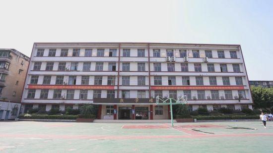 图为重庆市机械电子高级技工学校教学楼(中影渝凤文化传媒供图)