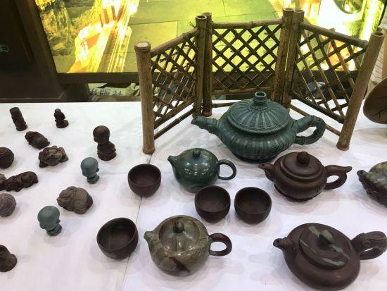 图为秀山紫砂石壶亮相文博会。