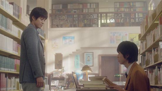小栗旬在影片《念念手纪》中饰演成年志贺春树 片方供图