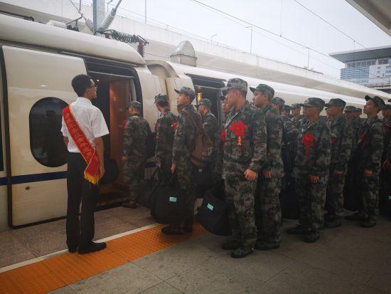图为:9月10日,万州北站党员服务队引导新兵有序登乘。 涪陵车务段供图