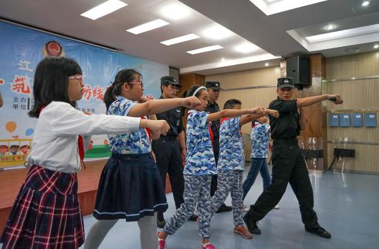 图为学生体验特警实战技能 江北警方供图