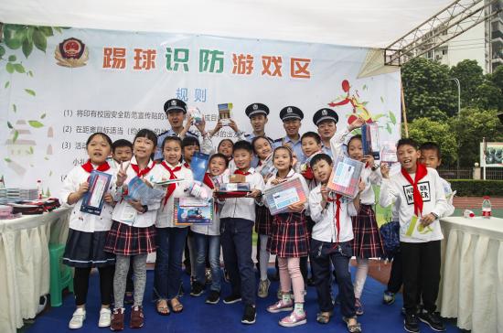 图为民警与获奖学生合影 江北警方供图