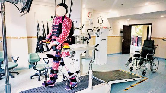 老人用康复机器人进行康复训练。(为保护患者隐私,照片人物脸部作了处理。)(重医附一院供图)