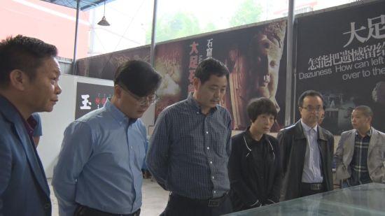 重�c市大足�^政�f副主席李志�ш�到�^�教中心�察工作