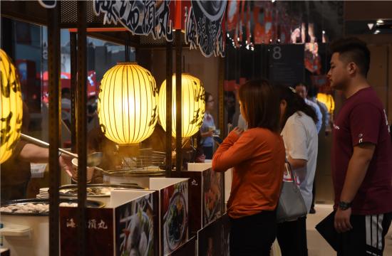 图为台湾美食吸引重庆食客尝鲜 周毅 摄