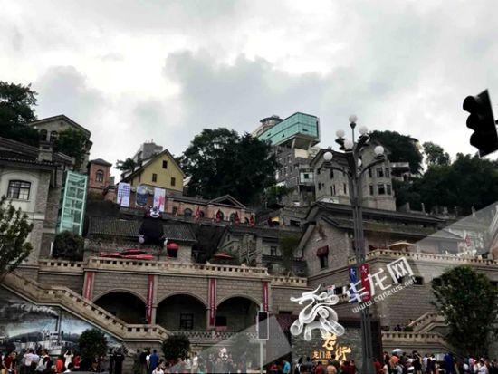 龙门浩历史文化街区首开区正式开门迎客。