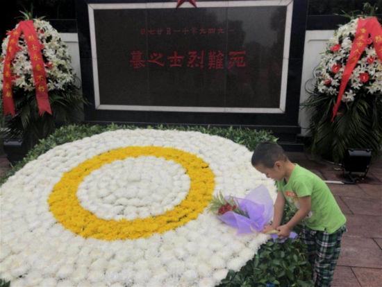 图为小朋友在烈士墓献花。红岩联线供图