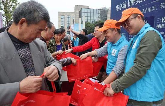 图为 中建二局西南分公司志愿者与巴南区陈家湾社区老人们共同欢庆重阳节。中建二局西南分公司供图