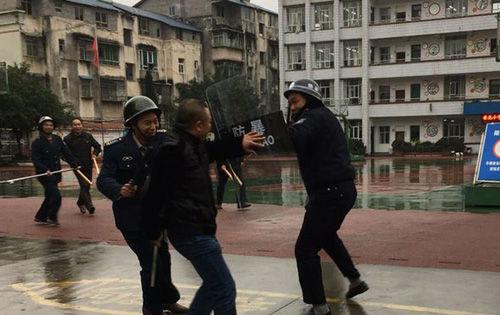 合川香龙镇香龙小学开展反恐防暴应急疏散演练
