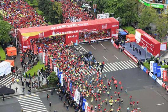 2018重庆国际半程马拉松鸣枪开跑。组委会供图