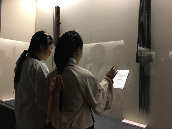 观众欣赏马维衡汉风古琴艺术展 张颖绿荞 摄