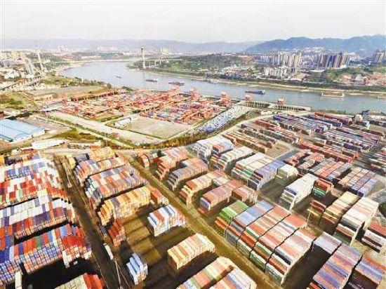 图为重庆自贸试验区两路寸滩保税港区集装箱堆场。(重庆日报资料图片)