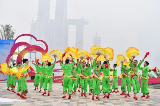 """""""欢跃四季·舞动巴渝""""全国广场舞展演活动 通讯员 郭旭摄"""