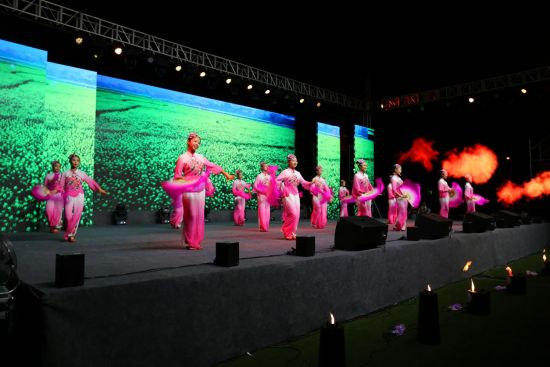 学生表演花灯舞
