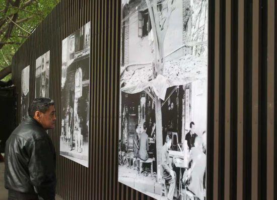 图为民众观看城市空间户外影像展。(渝中区供图)