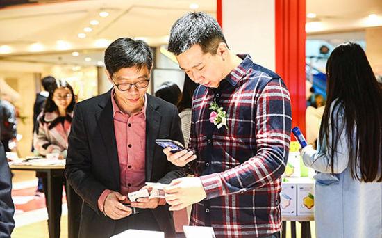 市民正在现场扫码下单 京东跨境体验中心供图 华龙网发