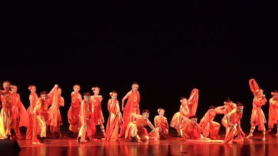 图为黔江区民族文化艺术馆群舞《太阳出来》。 张颖绿荞 摄
