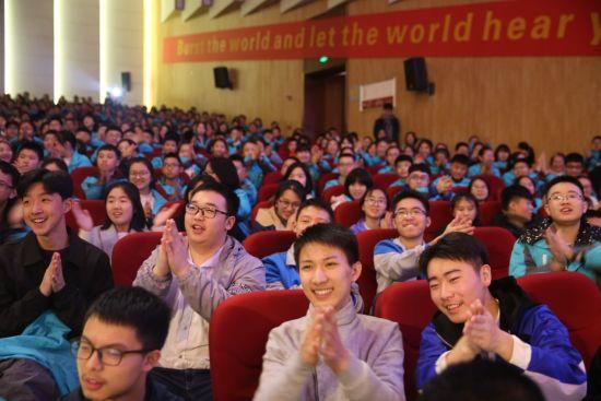图为 学生观看表演 西南大学银翔实验中学