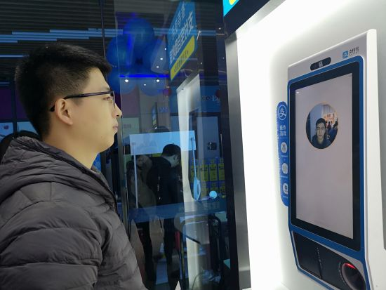 """图为""""未来药房""""的刷脸支付场景。摄影 刘贤"""
