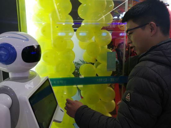 图为民众与智能药师机器人对话。摄影 刘贤