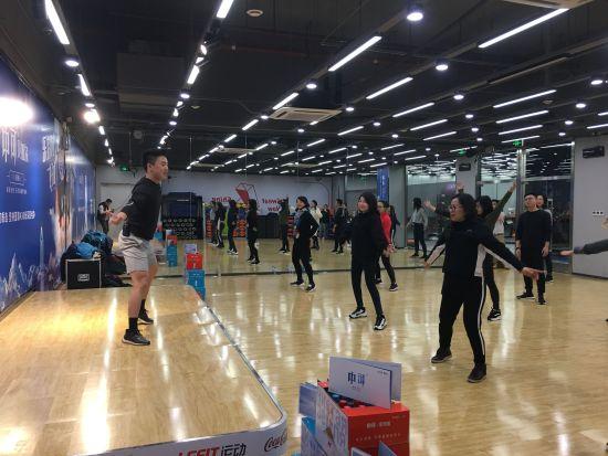 乐刻运动联合中粮可口可乐饮料举办健身体验课 张颖绿荞 摄