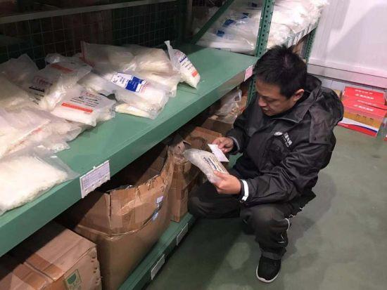 图为王东正在检查电力配件设备。 国网重庆市电力公司检修分公司供图