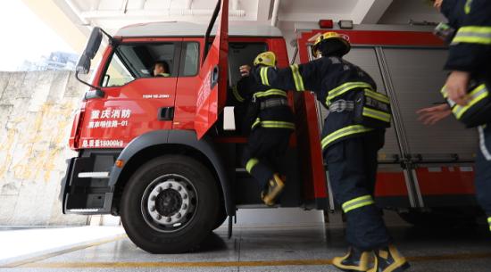 图为消防员出警画面 重庆消防南岸支队供图